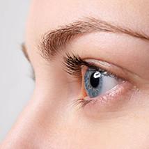 Frau Augenlidstraffung